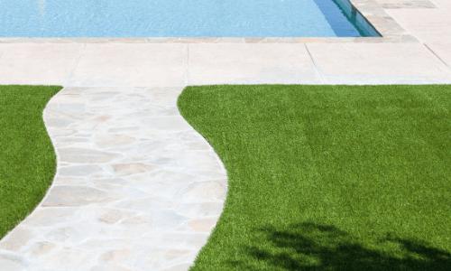 grama sintética na região de Maricá ao lado da piscina